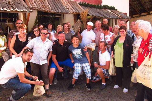 Gruppenbild vor der Metzgerei Alter Keller Kaltenbrunn