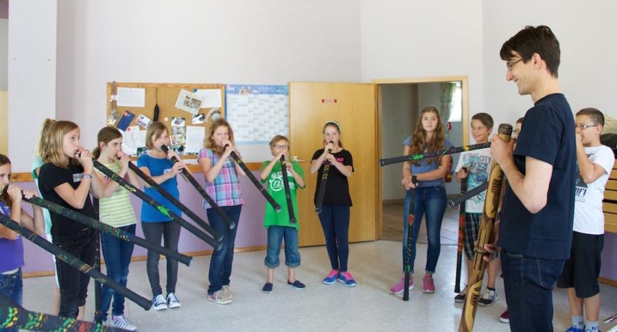 Kinderferienprogramm Musikverein Didgeridoo spielen